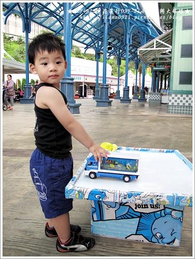 玩店家展示的樣品車。
