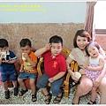 女方家裡,小孩排排坐好。