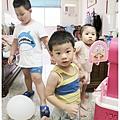 三個小孩一起玩
