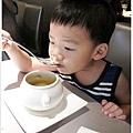 這湯好好喝,圈圈也顧不得燙堅持自己喝!