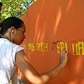志工幫忙油漆學校外牆