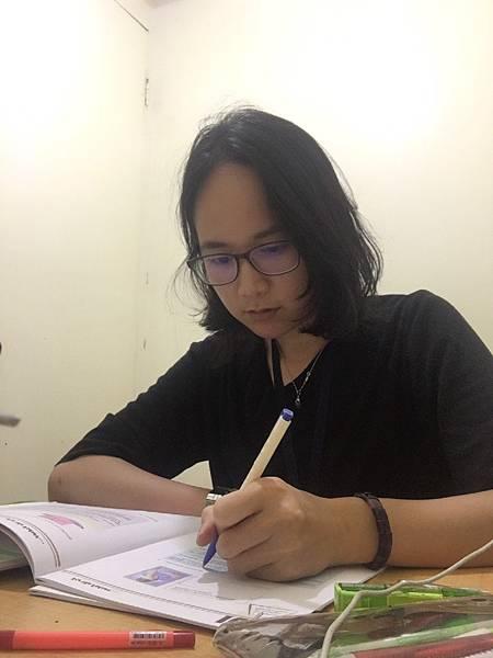 01菲律賓學英文Ria在教室用功Vito.jpg
