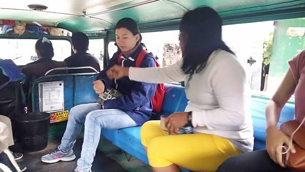 03 菲律賓語文學校搭乘吉普尼付費Vito.jpg