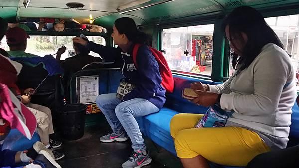 04 菲律賓語文學校搭乘吉普尼給司機Vito.jpg