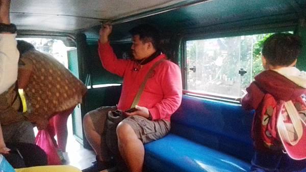 06 菲律賓語文學校搭乘吉普尼記得抓好Vito.jpg