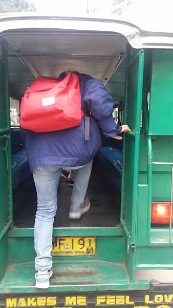 02 菲律賓語文學校搭乘吉普尼蠻高的Vito.jpg