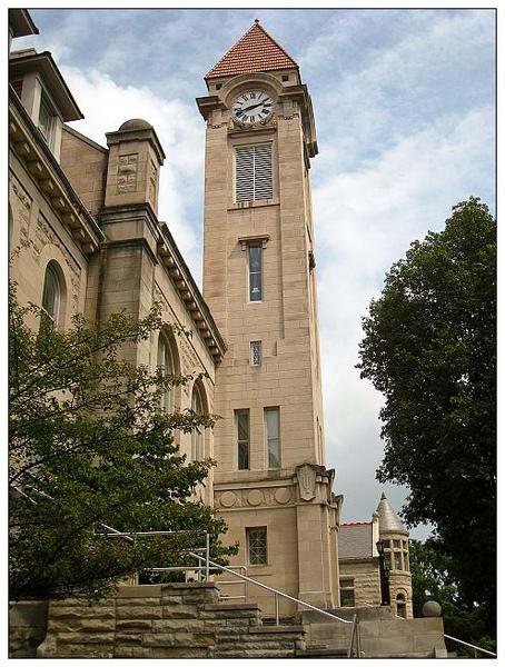 0-11_夏天的印大鐘塔,位於Sample Gate正後方的Student Building.jpg