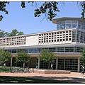 4_2_外觀像個外星人宇宙戰艦的歐林圖書館,是整個丹弗校區的中心,也是最醒目的建築之一。.JPG
