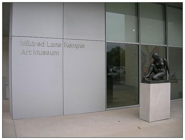 7_1_Kemper _美術館入口處與美麗的雕塑,美術館為免費入館,遊客可多加利用。.JPG