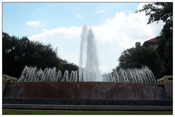 0_1_位於地球科學 (Geology)系館前廣場East Mall Fountain.jpg
