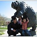 3_4_學校吉祥物叫Monte的大熊雕像.JPG