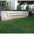 0_0_沒有明顯校門的Caltech. 但在校園四周有簡約的門牌。.jpg