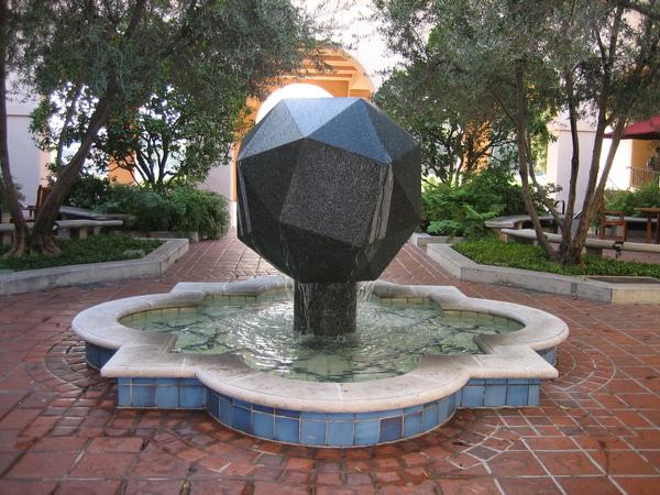 2_4_貝克曼學會中庭,有一個不但對稱且具二十四頂點的三十八面體模形,其象徵的意義為球形蛋白質複合物.jpg