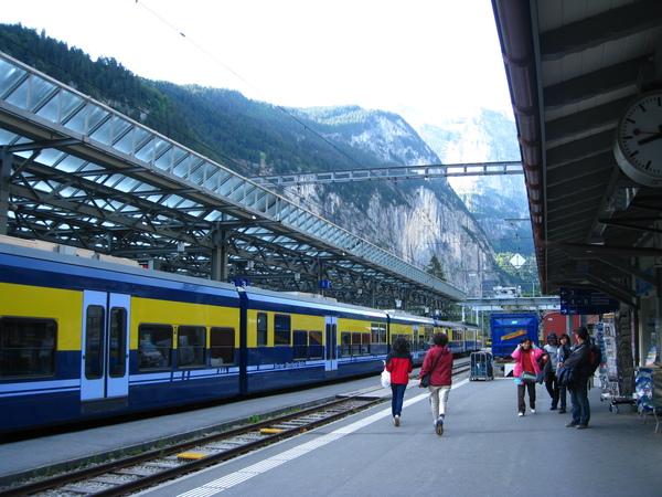 要坐上山的火車,從火車站就看得到少女峰