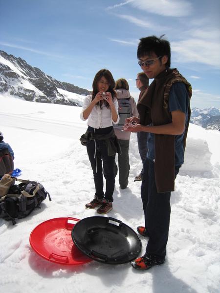 有人在玩圓盤雪橇