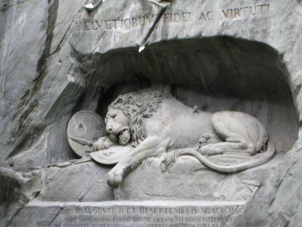 獅子紀念碑,是為了紀念法國大革命中犧牲的瑞士傭兵