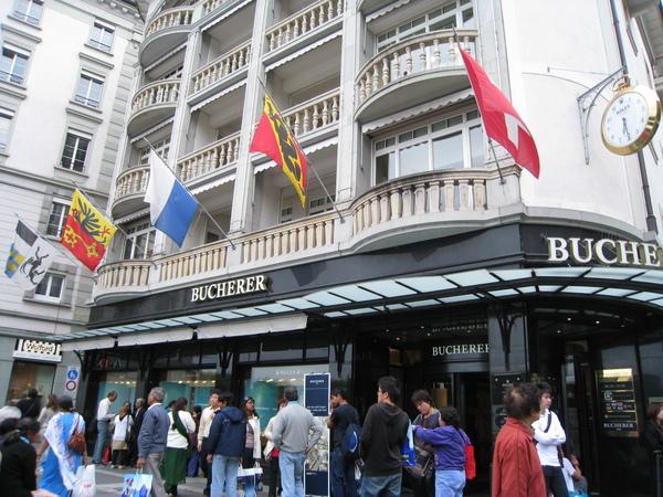 這是寶齊萊瑞士總店,人超多的,我們只是進去拿湯匙