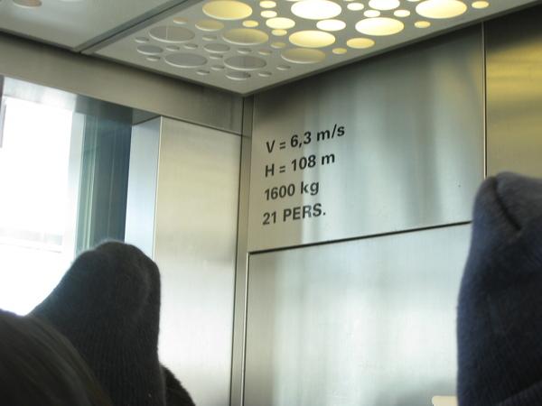 我們坐電梯,往上108公尺,約18秒就到