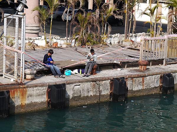 船上看見小男生釣魚