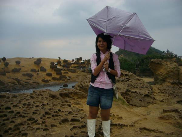野柳的雨把我雨傘吹毀了 ><