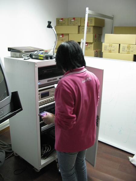 慈祐宮的阿姨幫忙測試設備.jpg