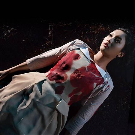 001【白雪公主殺人事件】劇照_菜菜緒首次演電影就成為被害者,美豔地倒在血泊當中