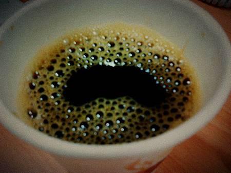 玻利維亞咖啡,好香。但是我很需要甜味和奶味,感謝束凱文帶著糖漿和奶油球拯救我。