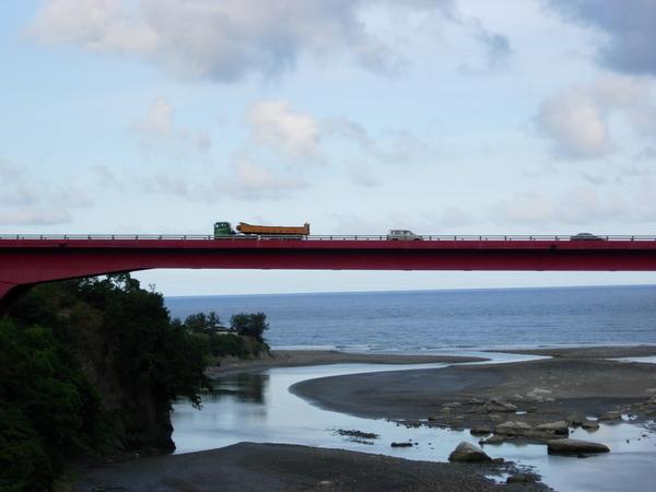 橋上是可以開車的