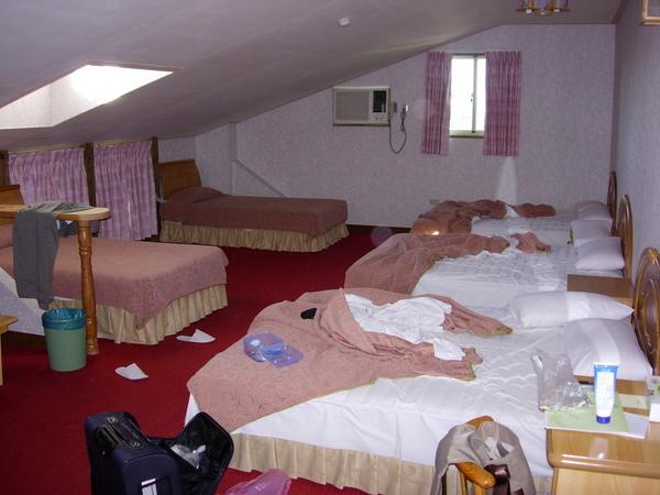 發生了一點小插曲~~三個人可以睡八人房
