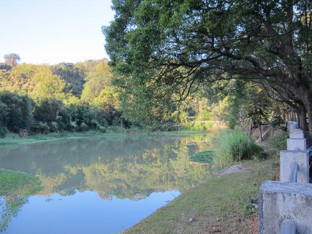 露營區對面的湖