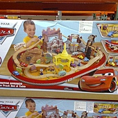 981197 KidKraft Disney Cars Radiator Springs Race Track and Play Table 迪士尼汽車總動員軌道車組 126x86x40公分 90件以上零件 3歲以上 4479 02.jpg