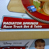 981197 KidKraft Disney Cars Radiator Springs Race Track and Play Table 迪士尼汽車總動員軌道車組 126x86x40公分 90件以上零件 3歲以上 4479 05.jpg