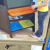 999561 KidKraft Grand Storage Easel 直立式畫架收納組 64x57x126公分 75英呎紙捲 3個畫杯 4塑膠收納香 黑白板 112-122公分 2799 09.jpg