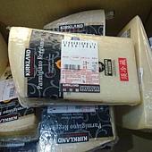 84331 Kirkland Signature Parmigiano Reggiano 帕瑪森蘿吉乾酪 24個月 秤重 每斤855 每塊700-900之間 義大利產 02.jpg