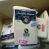 84331 Kirkland Signature Parmigiano Reggiano 帕瑪森蘿吉乾酪 24個月 秤重 每斤855 每塊700-900之間 義大利產 03.jpg