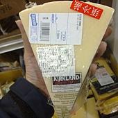 84332 Kirkland Pecorino Romano 羊奶羅馬乾酪9個月 義大利產 每公斤489 每塊約300~400 冷藏 03.jpg