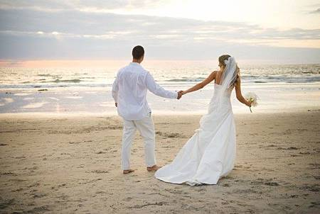 wedding-beach-couple