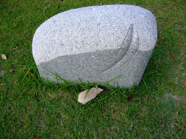 跑到石雕的旁邊