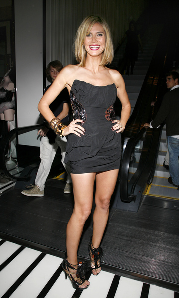 05512_Celebutopia-Heidi_Klum-Grand_opening_cocktail_party_for_the_new_Victoria_Secret_Lexington_Avenue_Flagship_Store-01_122_919lo.jpg