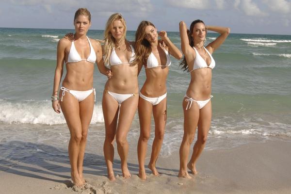 Gehorige_woning_wyk_Gein2_Amsterdam_09198_Doutzen_Kroes_&_Karolina_Kurkova_&_Miranda_Kerr_&_Alessandra_Ambrosio_white_bikini(2).jpg