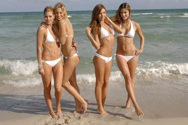 Gehorige_woning_wyk_Gein2_Amsterdam_09200_Doutzen_Kroes_&_Karolina_Kurkova_&_Miranda_Kerr_&_Alessandra_Ambrosio_white_bikini.jpg