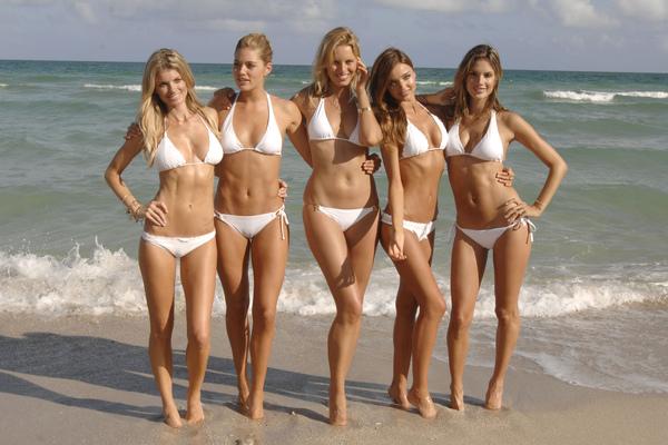 Gehorige_woning_wyk_Gein2_Amsterdam_09203_Marisa_Miller_&_Doutzen_Kroes_&_Karolina_Kurkova_&_Miranda_Kerr_&_Alessandra_Ambrosio_white_bikini.jpg