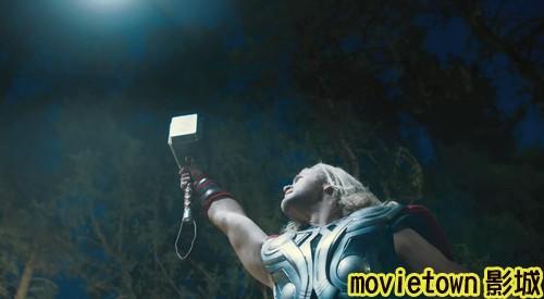 "movietown影城《復仇者聯盟》全新8大角色海報+《復仇者聯盟》先行版電影預告片2(圖+新聞+影)22戰鎚(Mjolnir)捶柄要比《雷神索爾 Thor》中變長了,並且""雷神索爾""有了裸露雙臂的造型 (複製).jpg"