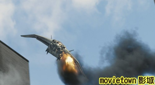 movietown影城《復仇者聯盟》全新8大角色海報+《復仇者聯盟》先行版電影預告片2(圖+新聞+影)23被擊中而行將墜落的昆式噴射機(Quinjet) (複製).jpg