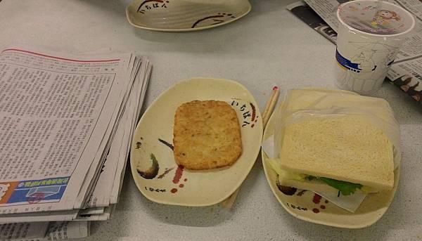 鮪魚三明治加薯餅加報紙