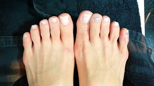剛刮掉原來甲色赤裸的腳指.jpg