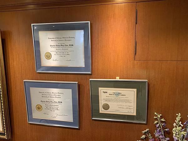 IMG_2240-(左上%26;左下)美國阿拉巴馬大學假牙贗復專科醫師、顎面贗復專科醫師資格證書,(右下)美國加州UCLA植牙專科證書 (1).JPG