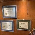 IMG_2240-(左上&左下)美國阿拉巴馬大學假牙贗復專科醫師、顎面贗復專科醫師資格證書,(右下)美國加州UCLA植牙專科證書 (1).JPG