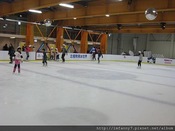滑冰場約兩個半的籃球場大