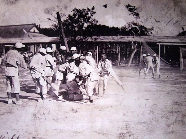 最早的運動會....叫小學生從士林走到蘆洲..這是在虐童吧= =